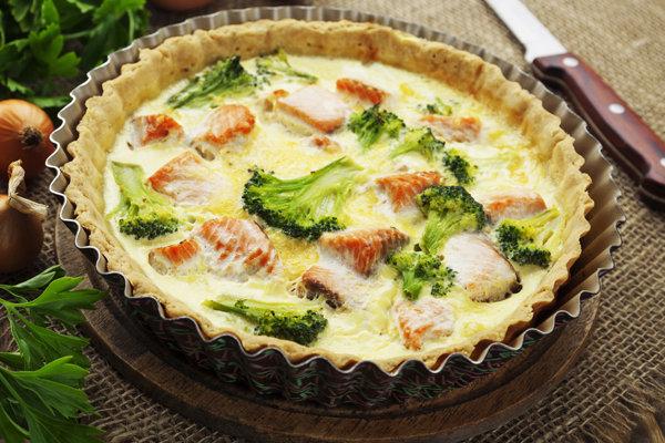 Quiche z brokułami i wędzonym łososiem