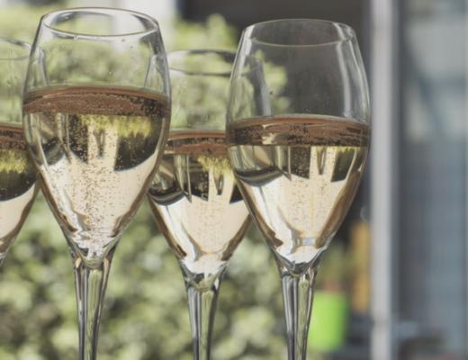 Skąd pochodzą wina musujące, na jakie okazje się sprawdzą i jakie wina wybrać?